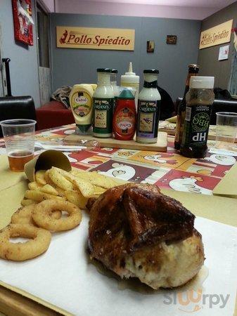 pollo chequa con anelli di cipolla e patate fritte