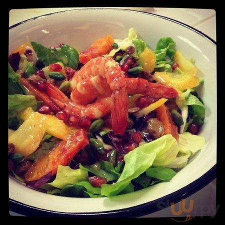 insalata con gamberi, carote, melagrana e arancia