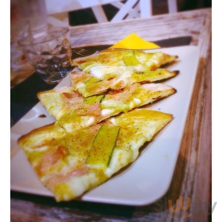 Schiacciatina con Prosciutto cotto, zucchine, pan grattato e mozzarella di bufala