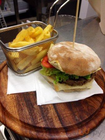 Hamburger di chianina con pane alla guinnes e patate rustiche