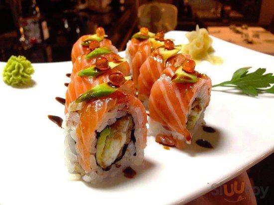 Yoshi Roll. Branzino fritto e avocado, ricoperto da salmone, uova di salmone e avocado.
