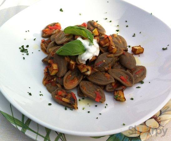 Orecchiette di grano arso con pomodorini e melanzane