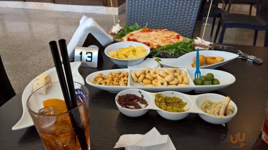 Un pò di quello che ci hanno portato con l'aperitivo: rosticceria (ma già in parte consumata!!)