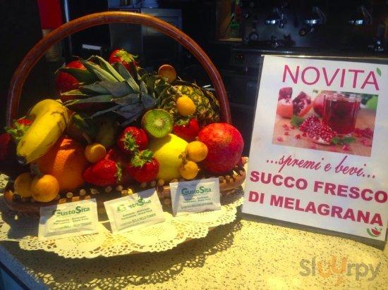 Frutta e spremuta di melograno ideale per l'estate