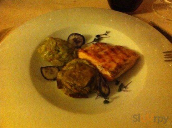 salmone alla griglia con tortino di cardi e porro stufato