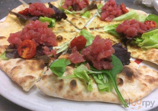 Pan pizza con tartare di tonno rosso, olive taggiasche e pomodorino confit