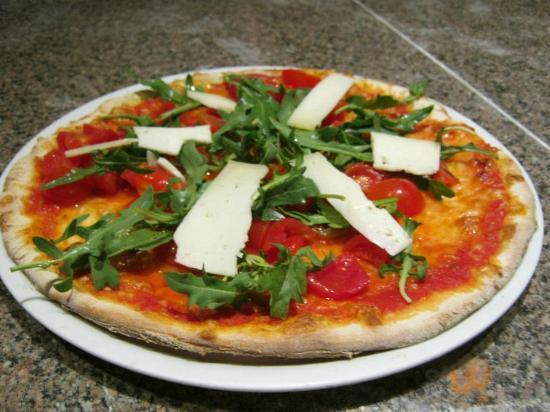 Pizza Salento, pomodoro ,mozzarella ,pomodorini,caciotta e rucola