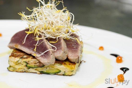 Scottata di tonno su rostie di patate allo zafferano e zucchine con vellutata al pesto di rucola