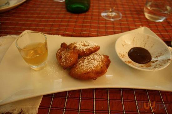 Frittelle di mele e cannella con salsa al cioccolato